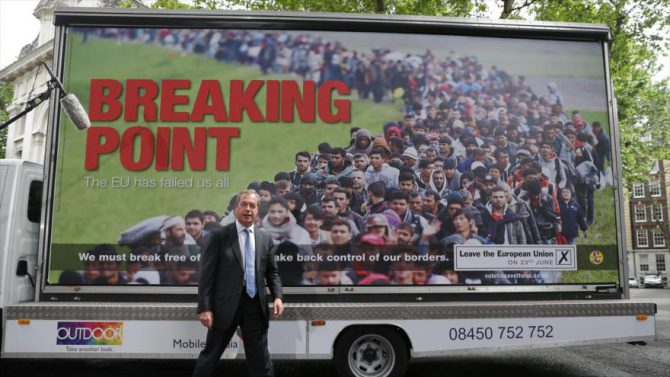 El líder del Partido por la Independencia del Reino Unido (UKIP, en inglés), Nigel Farage, presenta en Londres un cartel de la campaña a favor del abandono de la Unión Europea (UE).