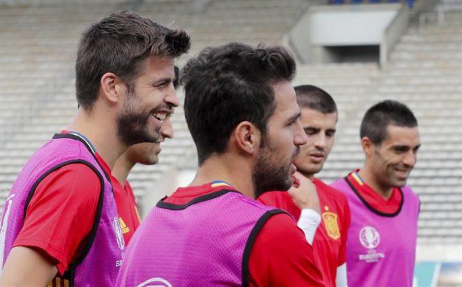 Los jugadores de la selección española Gerard Piqué (i) y Cesc Fábregas durante el entrenamiento de hoy en el Estadio Jacques Chaban-Delmas de Burdeos, en la víspera del partido de la Eurocopa que les enfrenta hoy a Croacia.