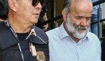 El policía Newton Ishii acompaña al médico al detenido Joao Vaccari del PT el 16 de abril de 2015 en Curitiba.