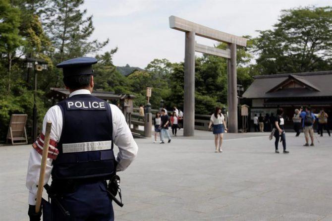 La búsqueda del menor continúa hoy en un área de cinco kilómetros cuadrados en la que habitan osos salvajes y adonde se han desplazado 120 agentes de policía y bomberos. En la imagen, un agente de policía japonés permanece en guardia.