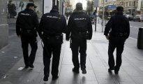 Agentes de la Policía Nacional patrullan por la Gran Vía, en Madrid.