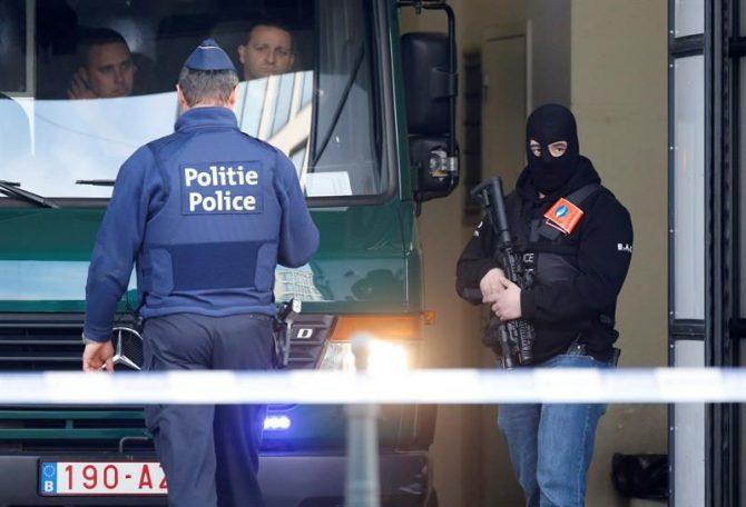 Un furgón policial llega a un tribunal de Bruselas (Bélgica).