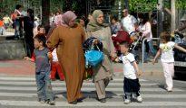 Madres musulmanas recogen a sus hijos de un colegio público en Cataluña.