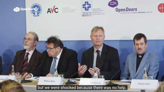 """Representantes de Puertas Abiertas y de otras ONG, en una conferencia de prensa en la que se presentó el informe de Puertas Abiertas """"Ataques con motivación religiosa contra refugiados cristianos en Alemania"""", en mayo de 2016."""