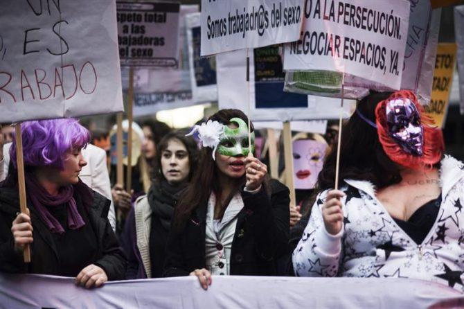 Varias mujeres sostienen pancartas durante al manifestación convocada por portavoces de las trabajadoras del sexo y del colectivo Hetaira.
