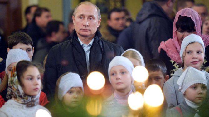 Putin en la misa del gallo celebrada en la iglesia en la que fueron bautizados sus padres.