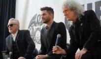 Roger Taylor (I) y Brian May (D) del grupo de música Queen junto a Adam Lambert (C) en una rueda de prensa en Nueva York.