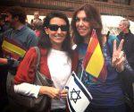 A la izquierda, Rocío Monasterio, miembro destacada de Vox.
