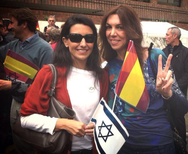 A la izquierda, Rocío Monasterio, miembro destacada de Vox, porta una bandera de Israel en un acto de apoyo al estado hebreo.