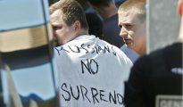 """Un aficionado ruso portando una camiseta con el mensaje: """"los rusos no se rinden""""."""