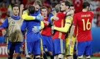 Los jugadores de la selección española celebran el triunfo del equipo por 3-0 tras el partido España-Turquía del Grupo D de la Eurocopa de Fútbol de Francia 2016, en el Estadio Allianz Riviera de Niza, Francia, ayer.