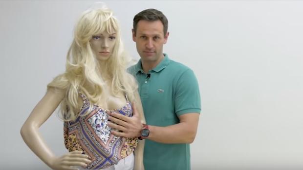 Sippel y el maniquí con el que explica en el vídeo lo que no se debe hacer a las mujeres.