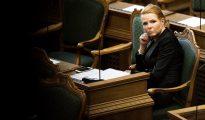 La ministra de inmigración e integración, Inger Stojberg, escucha el debate en el Parlamento danés en Copenhague (Dinamarca).
