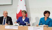 El ministro de Economía Ueli Maurer, la de Transporte Doris Leuthard y la de Justicia Simonetta Sommaruga, durante una rueda de prensa para informar acerca de los resultados del referéndum.