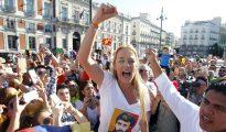 La mujer del líder opositor encarcelado venezolano Leopoldo López, Lilian Tintori, durante el acto de recogida de medicamentos organizada por la Asociación Civil de venezolanos en España, en la Puerta del Sol de Madrid.