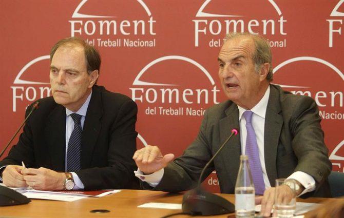"""El presidente de Foment del Treball, Joaquim Gay de Montellà (d) acompañado del secretario general, Joan Pujol (i) durante la rueda de prensa que ha ofrecido antes de la celebración de la Asamblea General de Foment y en la que ha asegurado que el proceso soberanista """"ha ahogado el catalanismo"""" y ha alejado inversiones y empresas de Cataluña, a la vez que ha pedido """"generosidad"""" a los partidos políticos para lograr formar gobierno tras el 26J."""