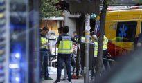 Miembros de los servicios de emergencia y de la Policía trabajan en el número 40 de la calle de Marcelo Usera, de Madrid, donde tres personas han sido halladas muertas tras un incendio registrado esta tarde en un despacho de abogados.