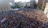 Miles de valencianos se concentran en la plaza de la Virgen contra los ataques a los católicos de la izquierda radical.