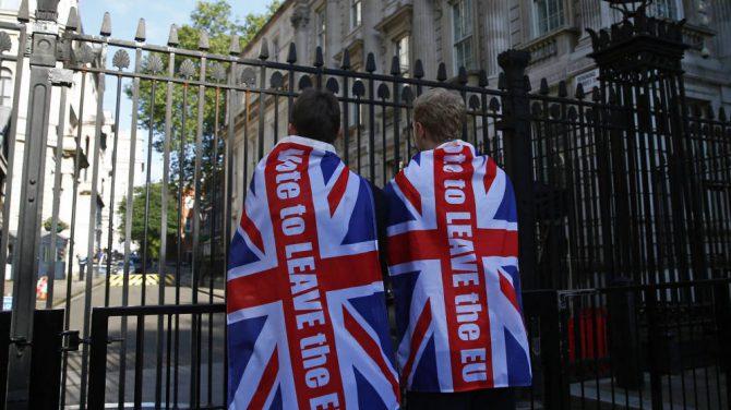 Votantes a favor del Brexit con banderas de Reino Unido a las puertas de Downing Street.