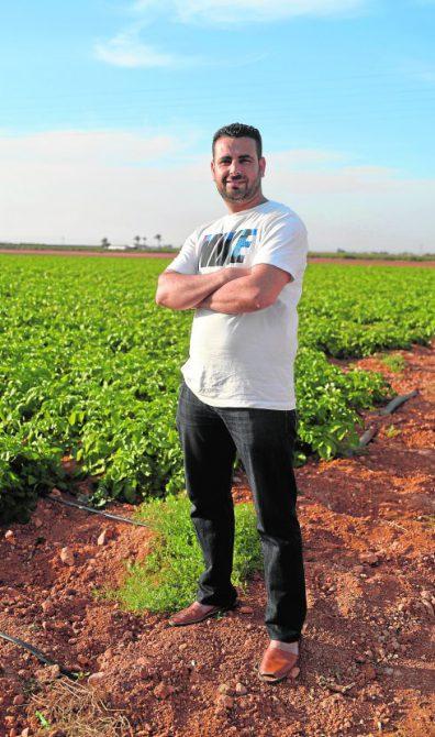 Mustapha Ziani, secretario general del nuevo sindicato agrario Alafa, en una explotación agrícola de Cartagena.