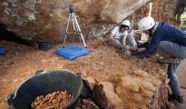 Dos arqueólogas trabajan en Galería, en los yacimientos arqueológicos de Atapuerca. El equipo de investigación de los yacimientos de Atapuerca, en Burgos, iniciará este año la excavación en toda la extensión del nivel más antiguo hasta la fecha de la sierra burgalesa.