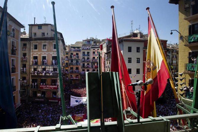 Vista desde el balcón del Ayuntamiento de Pamplona momentos antes del lanzamiento del 'Txupinazo' con el que ayer comenzaron las fiestas de San Fermín. Un policía foral ha localizado en la plaza de toros a los presuntos autores de la agresión sexual