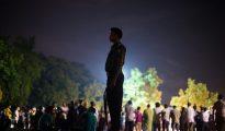 Un policía bangladesí vigilando durante un acto de un grupo de pacifistas tras el ataque yihadista en un restaurante de Daca.