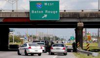Un grupo de policías de Baton Rouge custodia el lugar donde se produjo el mortal tiroteo.