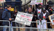Partidarios del Pueblo Nativo de Biafra (PNB) protestan en Londres contra la muerte de civiles en Biafra a manos del Ejército nigeriano y piden la liberación del líder del PNB, Nnamdi Kanu, el 15 de noviembre de 2015.