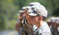 La capitán del ejército estadounidense Kristen Griest saluda en la ceremonia de graduación de la Escuela de Rangers del ejército, el 21 de agosto de 2015 en Fort Benning, Georgia (EEUU)