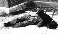 Calvo Sotelo yace en el suelo sin vida tras ser asesinado.