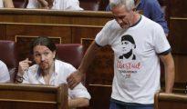 El diputado de Podemos por Jaén y portavoz del Sindicato Andaluz de Trabajadores, Diego Cañamero (d), saluda al secretario general del partido, Pablo Iglesias.