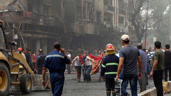 Algunas personas que se encontraban en el lugar improvisaron métodos para rescatar a otras.