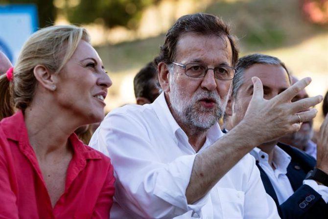 El presidente del Partido Popular y del Gobierno en funciones, Mariano Rajoy (d), junto a la diputada electa por Málaga, Carolina España (i), durante un mitin del partido.