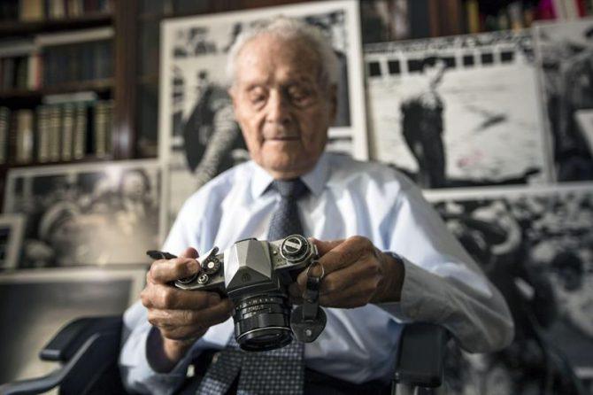 """El fotógrafo taurino Franciso Cano """"Canito"""", con una de sus cámaras antiguas en su domicilio de Valencia."""