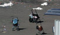 Varios coches de bebé abandonados y sábanas ensangrentadas pueden verse hoy en el paseo marítimo de Niza, donde anoche se produjo un atentado que ha costa la vida a 84 personas, diez de ellas niños.