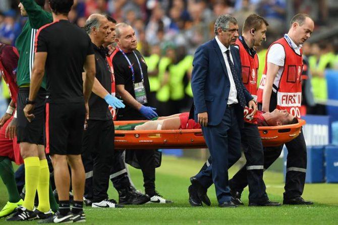 Cristiano Ronaldo de Portugal es trasladado en camilla tras resultar lesionado durante el partido de la final de la Eurocopa 2016 disputado entre Portugal y Francia en el Estadio de Saint-Denis (Francia).