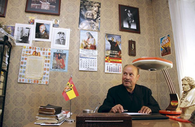 El párroco Jesús Calvo, sentado en el despacho de su casa, en Villamuñio. A su izquierda, un busto de Beethoven.