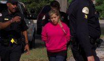 Así se la llevaban detenida