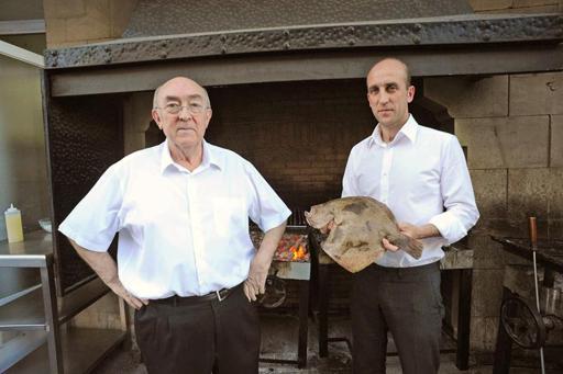 Fotografía facilitada por el restaurante Elkano, con una estrella Michelin en Getaria (Guipúzcoa), de dos de sus artífices: el desaparecido Pedro Arregui (i) y su hijo Aitor.
