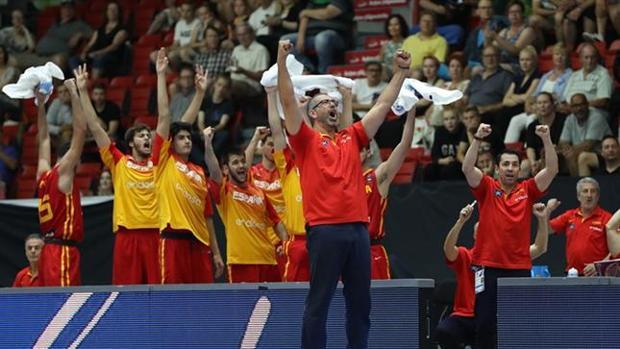 El técnico español, Juan Antonio Orenga, celebra junto a sus jugadores el título europeo
