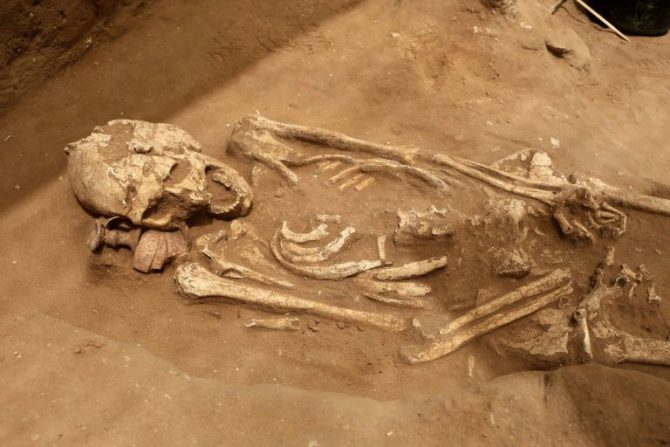 Un esqueleto descubierto en el primer cementerio filisteo en la ciudad de Ascalón.