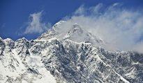 El monte Everest (detrás) y el Nupse (delante) tomados desde el pueblod e Tembuche en el noreste de Nepal el 20 de abril de 2015
