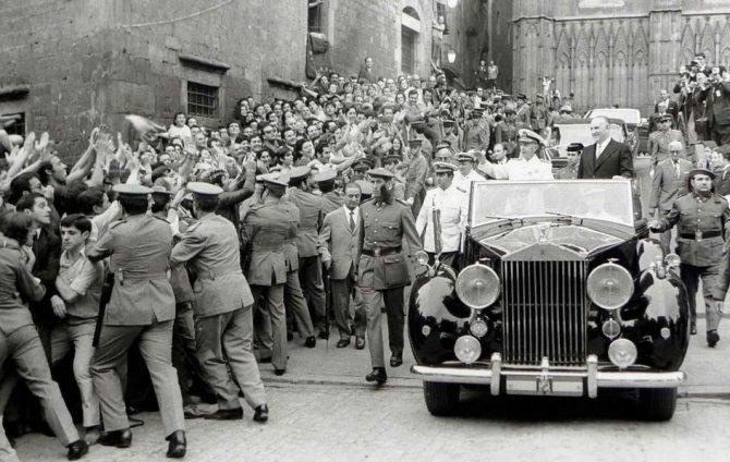 Francisco Franco, aclamado en las calles de Barcelona.