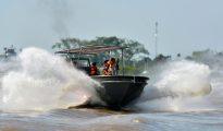 Guardacostas peruanos patrullan el río Amazonas en Iquitos.