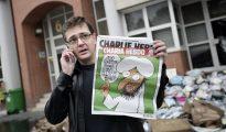Tras la matanza en la redacción de 'Charlie Hebdo', muy pocos medios reprodujeron las viñetas de Mahoma. Arriba, Stéphane Charbonnier, director y editor de 'Charlie Hebdo' -que fue asesinado el 7 de enero de 2015, junto con varios de sus colegas-, ante la antigua sede del magacín, justo después de que fuera atacada en noviembre de 2011.