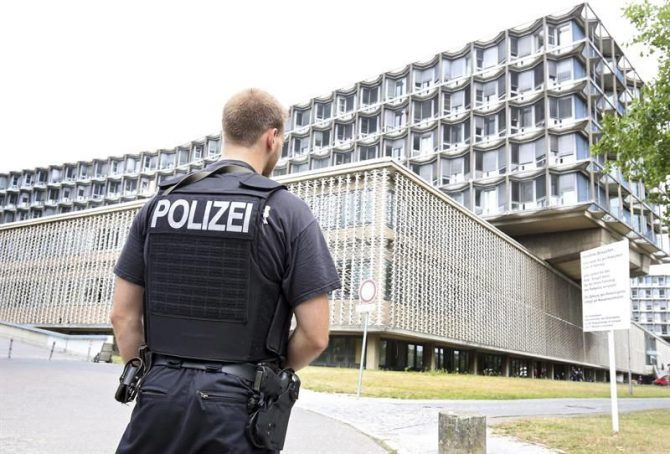 Un agente de la policía hace guardia en el exterior del hospital Benjamin Franklin en Berlín