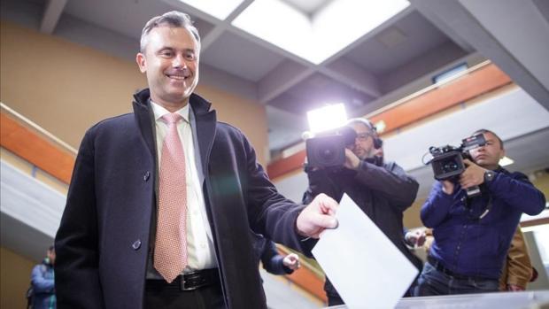 Momento en el que candidato del FPÖ, Norbert Hofer, deposita su papeleta
