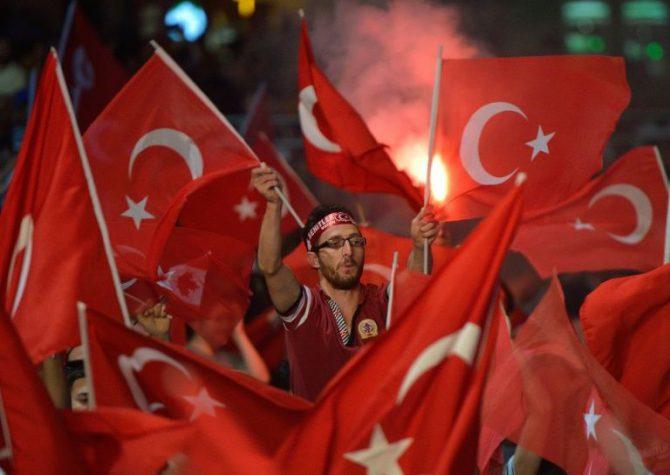 Un hombre agita una bandera de Turquía durante un mitin en apoyo del presidente Erdogan, el martes 19 de julio en la plaza Taksim de Estambul