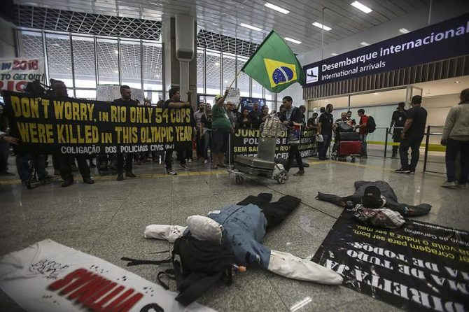 Policías y bomberos del estado de Río de Janeiro protestan por el retraso en sus salarios y por mejores condiciones de trabajo hoy, lunes 4 de julio de 2016, en el aeropuerto internacional de Río de Janeiro (Brasil).